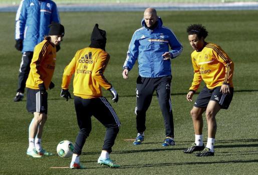Los jugadores del Real Madrid, Luka Modric (i) y Marcelo Vieira da Silva, junto a Zinedine Zidane, durante un entrenamiento del Real Madrid.