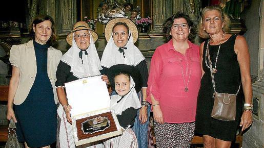 Catalina Sureda, Pilar Ferrer con su hija Pilar Andreu y su nieta Pilar Catalina Thomás Giménez -la Beateta 2014-, que muestra, orgullosa, la placa que recibió por parte del Consell de Mallorca; Catalina Cirer y Toya de la Vega.