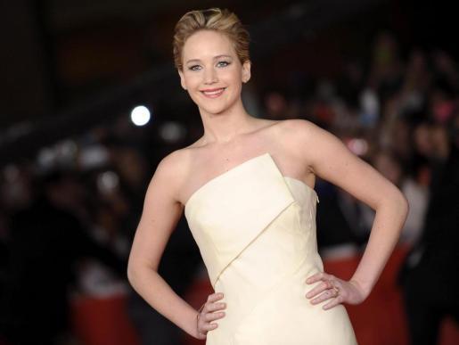 """La actriz estadounidense Jennifer Lawrence posa a su llegada al estreno de la película """"Los Juegos del Hambre: En llamas"""", durante el 8º Festival Anual de Cine de Roma, Italia, el 14 de noviembre de 2013."""