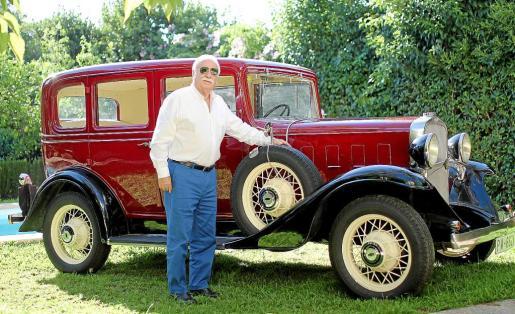 Matías posa junto a su Chevrolet del 32 en el jardín de su casa.
