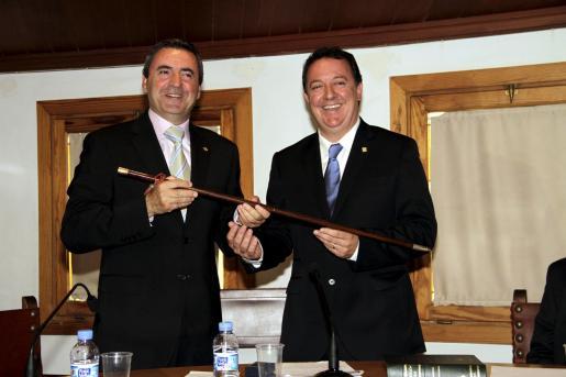 El nuevo primer edil de Inca, Rafel Torres, recibe la vara de manos de su antecesor, Pere Rotger.