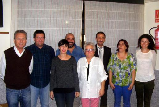 Maria Galmés, en el centro con camisa blanca, rodeada de compañeros y cargos del PSIB- PSOE.