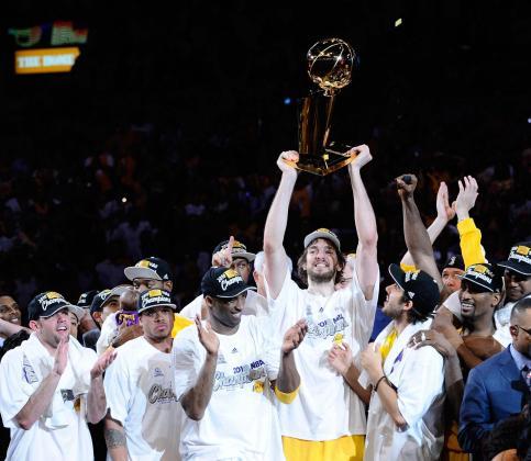El jugador de los Lakers de Los Àngeles Pau Gasol levanta el tofeo Larry O'Brien Championship tras la victoria del equipo ante los Celtics de Boston.