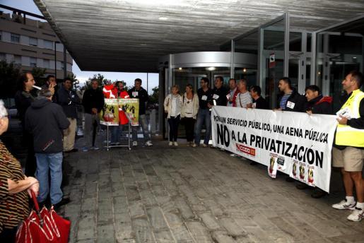 Trabajadores del aeropuerto de Maó entregan firmas contra la privatización de Aena.