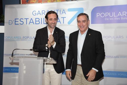José Ramón Bauzá presentado a Carlos Simarro como candidato del PP en Sóller para las próximas elecciones municipales.