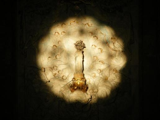 La imagen es iluminada por la luz solar que penetra por el rosetón de la fachada principal.
