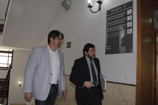 El exalcalde de Andratx Francesc Femenias (derecha), junto a su abogado, Pablo Alonso de Caso en los juzgados de Palma.