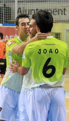 Sergio, Chicho y Joao se abrazan para celebrar un gol del Palma Futsal.
