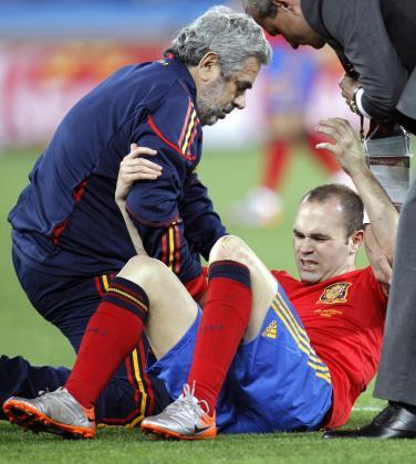 Andrés Iniesta es ayudado a retirarse del terreno de juego tras la lesión que se produjo durante el partido.