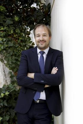 Antoni Serra Caldés, DTOR. TERRITORIAL DE BMN-SA NOSTRA. Nacido en sa Pobla en 1974, es licenciado en Administración y Dirección de Empresas por la Universidad de Navarra, máster en gestión de empresas financieras, y se incorporó a Sa Nostra en 1998. Ejerce de director territorial para Balears y Canarias desde febrero de 2013.
