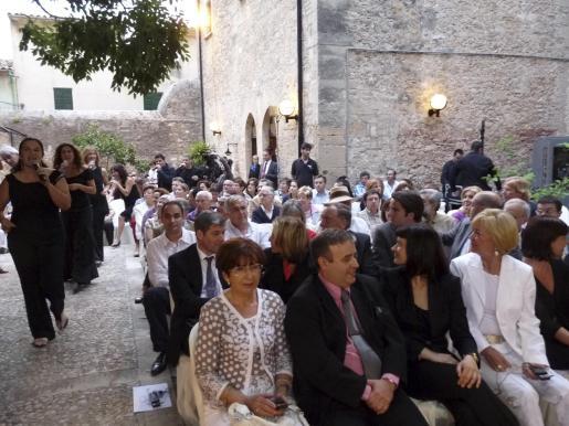 Un centenar de personas asistió ayer al acto institucional de celebración del aniversario de la biblioteca que se cerró conm un concierto del grupo Cappela e el patio de Can Torró.