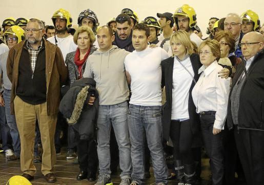 La viuda de Álex, familiares, amigos y compañeros durante un acto de homenaje al bombero fallecido.