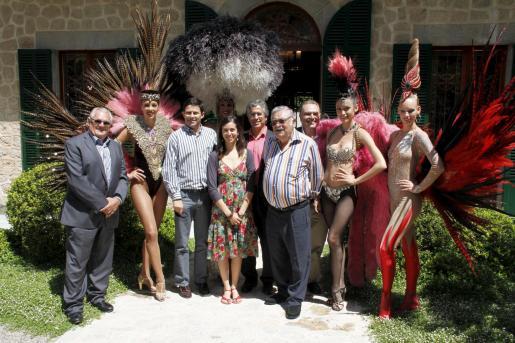 La junta directiva de la asociación Tren de l'Art junto a las bailarinas del Lido y Andreu Gelabert.