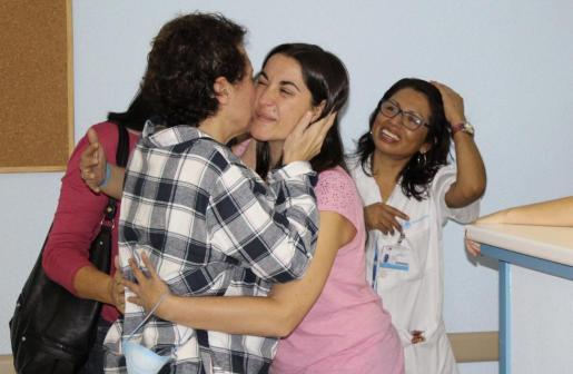 Fotografía facilitada por el Hospital Universitario La Paz. La auxiliar de enfermería Teresa Romero (i) es recibida por sus compañeros tras ser trasladada a planta esta tarde en el Hospital Carlos III.