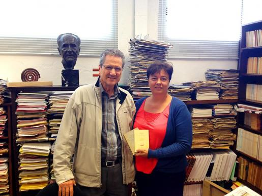 A la izquierda, Susanna Moll, junto a su tío Francesc, ante un busto de Francesc de Borja Moll.