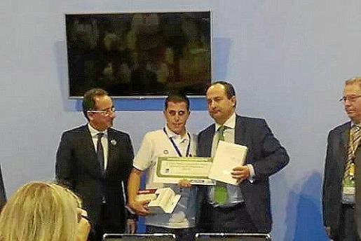 Pere Joan Gelabert recibiendo el galardón que le acredita como ganador del campeonato nacional de jóvenes electricistas.