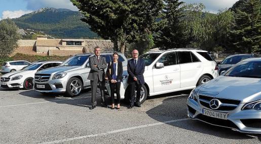 Carmen Vidal, Pedro Llabrés e Isidro Ripoll, junto a los modelos de la caravana Experiencia 2014.