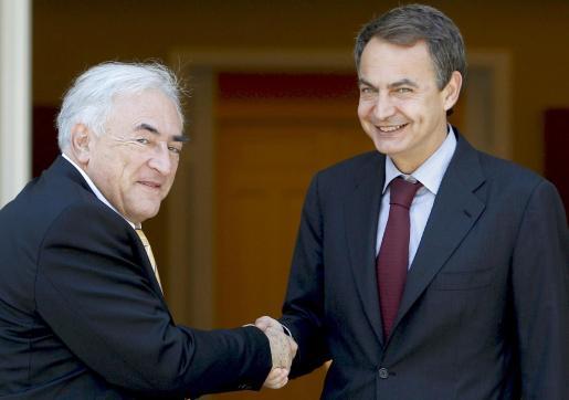 El presidente del Gobierno, José Luis Rodríguez Zapatero saluda al director gerente del Fondo Monetario Internacional, Dominique Strauss-Kahn.