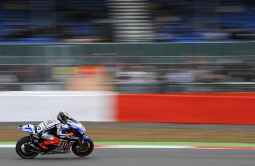 Yamaha MotoGP rider Jorge Lorenzo of Spain races during the first practice session for the British motorcycling Grand Prix at the Silverstone circuit, central England, June 18, 2010. REUTERS/Nigel Roddis (BRITAIN - Tags: SPORT MOTOR RACING) MOTORCYCLING-PRIX