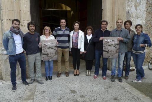 Artistas y repersentantes del Ajuntament durante la presentación de la Fira de Pollença.