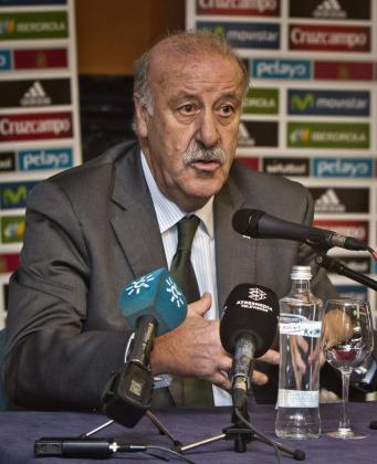 El seleccionador nacional de fútbol, Vicente del Bosque, durante la presentación del partido España-Bielorrusia del próximo 15 de noviembre en el Nuevo Colombino.