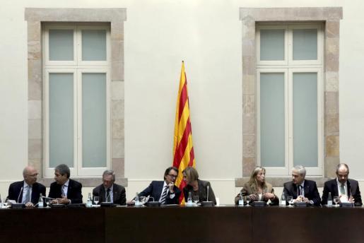 La presidenta del Parlament, Nuria de Gispert y el presidente de la Generalitat, Artur Mas en el centro durante la reunión del Pacto Nacional por el Derecho a Decidir, que agrupa a instituciones, partidos soberanistas y entidades.