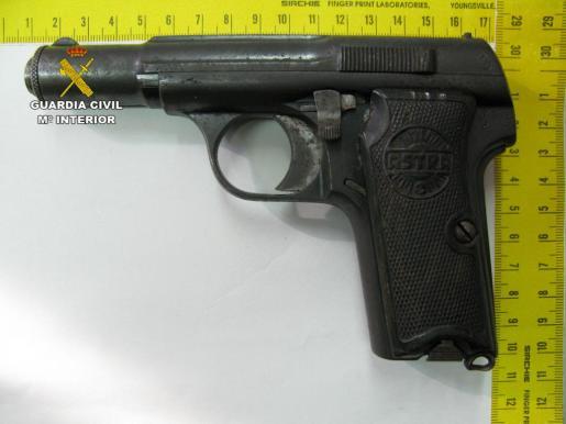 Pistola que poseían los tres detenidos.