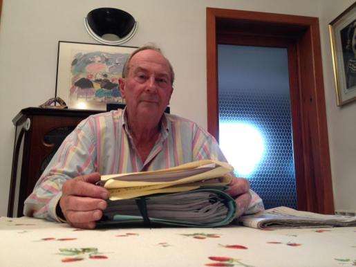 Jeroni Moragues, denunciente del caso de Biniatzem de d'Alt, con algunas de la carpetas de denuncias interpuestas.