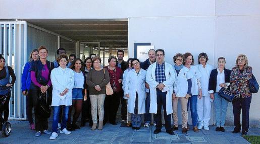 Pacientes y personal sanitario en el centro de salud de Cala d'Or durante la concentración.