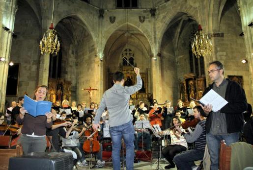 La Coral Sant Jaume, en el ensayo de este viernes con orquesta bajo la dirección de Bernat Quetglas.
