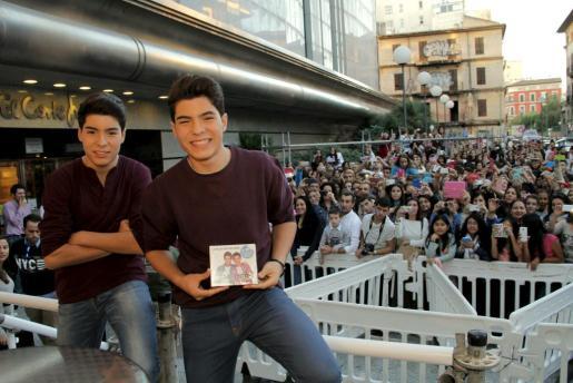 Los dos hermanos Jesús y Daniel Oviedo, Gemeliers, mostrando su disco.