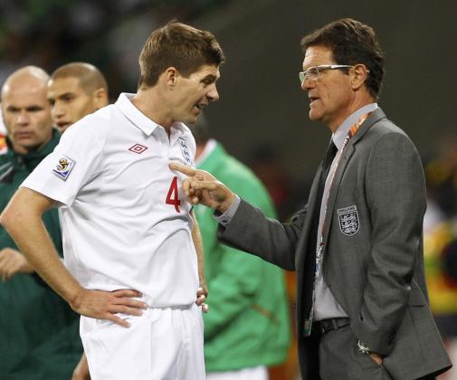 El entrenador de la selección inglesa, Fabio Capello, da instrucciones al capitán Gerrard durante el partido disputado contra Argelia.