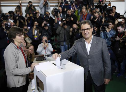 El presidente de la Generalitat, Artur Mas, deposita su voto en Barcelona.