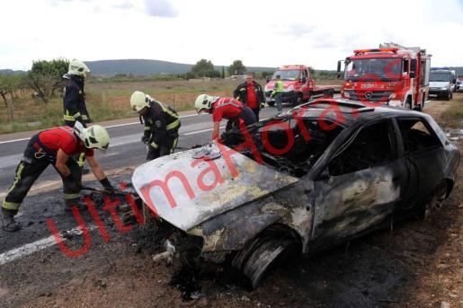 Los Bombers de Mallorca, actuando en el coche siniestrado.