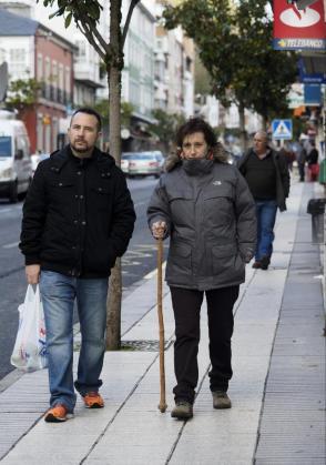La auxiliar de enfermería Teresa Romero, que se encuentra en su pueblo natal Becerreá (Lugo), pasea junto a su marido, Javier Limón.