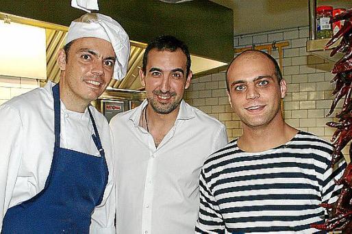 El jefe de cocina, David Cabeza; el creador del concepto de este negocio, Javier Domínguez, y el manager del local, Jorge Fijo.