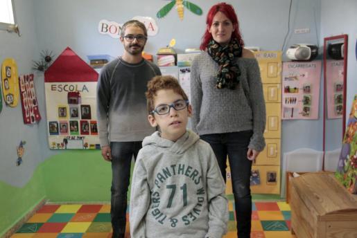 Jacobo Delgado en el aula de educación especial del colegio público Es Pont a la que asiste a clase, junto a su profesor Bernat Marín y su madre Alba Mateos.