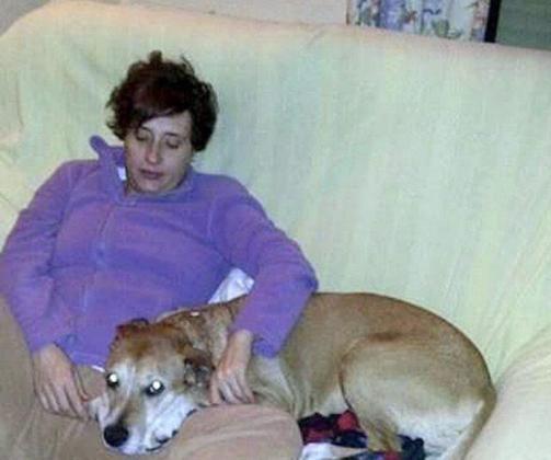 Imagen de Teresa Romero junto a su perro Excalibur.