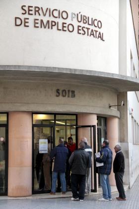 Los jueces de los seis juzgados de lo Social en Balears han resuelto 4.468 litigios en los primeros nueve meses de 2014. En la imagen, un grupo de personas en las oficinas del SOIB.