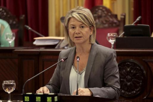 La consellera de Educació Nuria Riera durante una intervención en el Parlament.