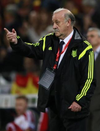 Vicente del Bosque da instrucciones durante el partido ante Bielorrusia.