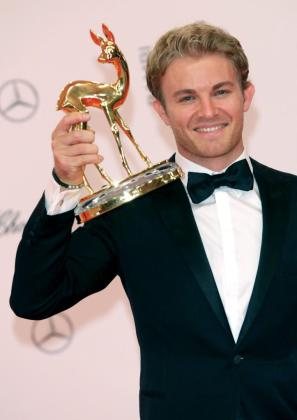El piloto de Formula Uno Nico Rosberg posa con un premio Bambi en la categoría Deportes.
