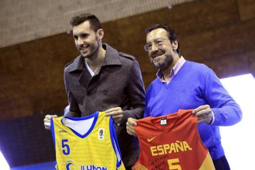 El alero internacional del Real Madrid Rudy Fernández (i), posa junto al presidente de la ONCE, Miguel Carballeda (d), durante el acto de presentación de la nueva imagen del Fundosa Once.