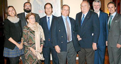 El presidente Nacho Deyá y el homenajeado, Guillermo Dezcallar, con la junta directiva: Eugenia Garcías, Guillermo Dezcallar Morey, Mercedes Alorda, Guillermo Carré, Nicolás Dameto y José María Castresana.