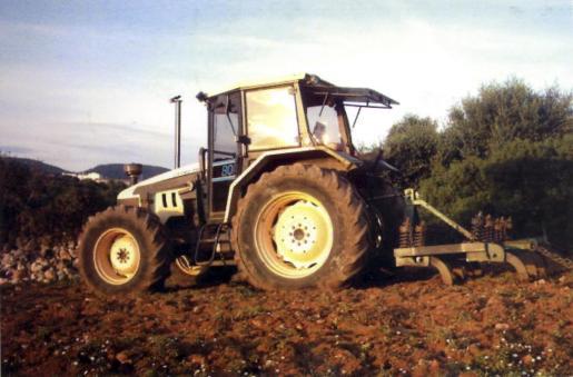 Agrimontuiri comercializa tractores y otros tipos de maquinaria agrícola.