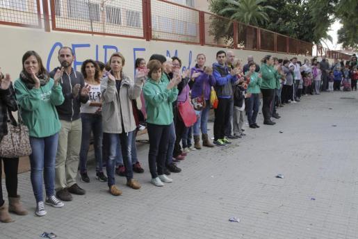 Decenas de padres y madres se han concentrado esta mañana en el CEIP Es Molinar.