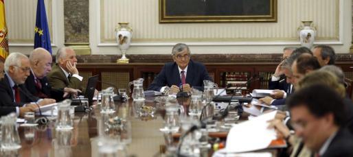 El fiscal general del Estado, Eduardo Torres-Dulce (c), al inicio de la reunión de la Junta de Fiscales de Sala, en la que ha explicado su intención de presentar querella por el proceso soberanista alternativo catalán del 9N.
