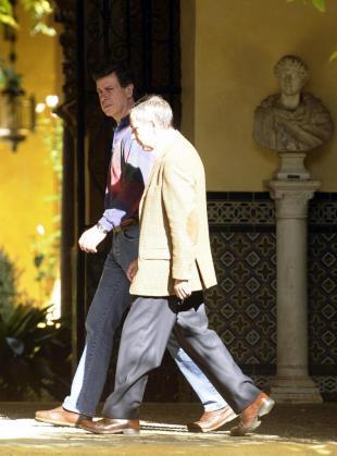El hijo de la duquesa de Alba, Cayetano Martínez de Irujo, andando por el Palacio de las Dueñas, residencia sevillana de Cayetana Fitz-James Stuart, donde ésta permanece desde ayer tarde cuando fue trasladada desde el Hospital Quirón Sagrado Corazón.