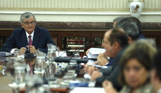 El fiscal general del Estado, Eduardo Torres-Dulce (i), al inicio de la reunión de la Junta de Fiscales de Sala, que se ha celebrado este miércoles en la sede de la Fiscalía General del Estado, en la que ha explicado su intención de presentar querella por el proceso soberanista alternativo catalán del 9N.