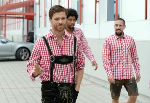 Xabi Alonso durante un acto del Bayern vistiendo un traje típico bábaro.